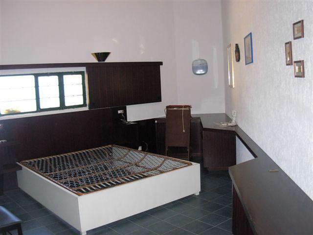 Salone con angolo bar e camino vendita di villa armanda for Piani di casa di 5000 metri quadrati con seminterrato